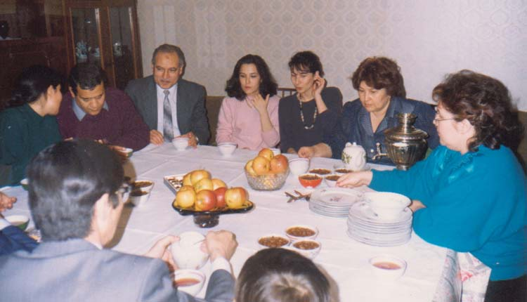 1994 - كازاخستان - ألماتا - صاحبة السكن وبناتها وشقيقتها - الصياد - اللواء إبراهيم رضوان